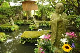Buddhor i trädgård